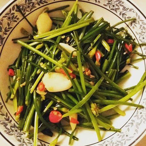 hola again 我們最愛的靚靚韭菜花 🌿🌿🌿 越炒越靚 好滿意 😌 😁 Chive Garlic Chilli Vegetables Vegetarian Homecooking Dinner Housewifelife Dailylife Lifeisgood