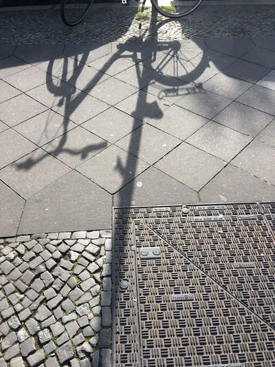 Bicycle Bicycle Shadows Day Fahrrad Fahrradschatten Focus On Shadow High Angle View Low Section No People Outdoors Schatten Auf Straß Schattenspiel  Shadow Street Street Shadows Sunlight