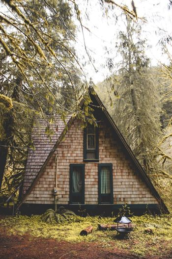 Never stand begging for that which you have the power to earn. Outdoors Architecture No People Roamtheplanet Oregon PNW PNWonderland Visualsoflife ExploreOregon Exploretocreate Liveoutdoors Wanderlust Takemoreadventures Artofvisuals Folkgood Neverstopexploring  Aframe Cabin In The Woods Cabinlife Adventure Cabinlove Visuals Northwest Nrthwst Colors