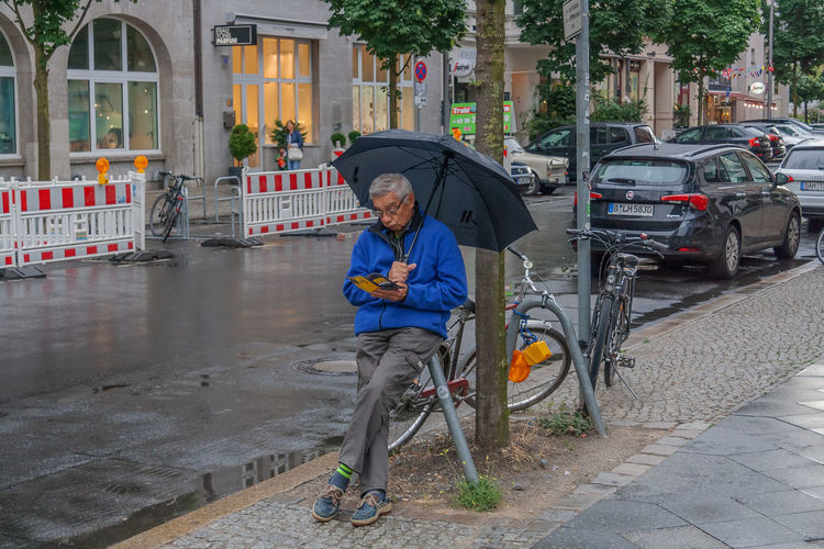 🤳🏻 Photography Wallpaper Canonphotography Canon 17mm Weitwinkelige Perspektive Weitwinkel Objektiv WallpaperForMobile Canon1000d EyeEm Selects Berlin Photography Deutschland Visitberlin Streetphotography Street Photography Berlin Portrait City Full Length Bicycle Portrait Parking Moving