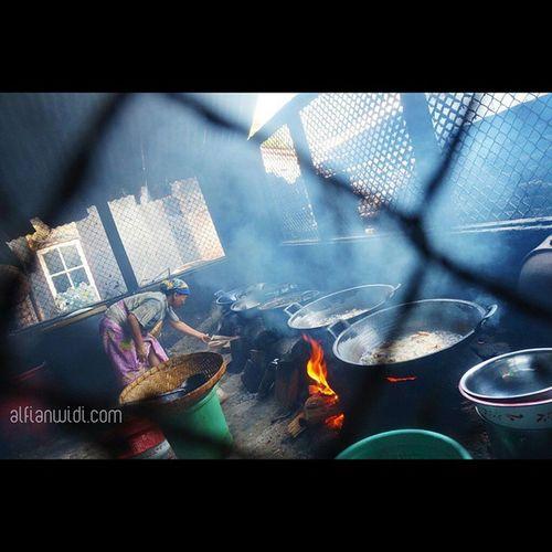 Karena hobi balap motor. Dinamakan nasi puyung karena banyak ditemui di daerah Puyung, Lombok Tengah. Yang paling populer yaitu Rumah Makan Nasi Balap Puyung Inaq Esun yang terletak di Dusun Lingkung Daye, Puyung. Pertama kali berkunjung pasti akan kesulitan menemukan tempat ini karena lokasinya tidak berada persis di pinggir jalan raya melainkan masuk sekitar seratus meter melalui jalan kecil di daerah pemukiman. Selain itu secara fisik terlihat seperti rumah tempat tinggal pada umumnya. Bagi yang pertama datang pasti tidak akan menyangka bahwa rumah ini ternyata adalah sebuah rumah makan. Inaq Esun artinya Ibu Esun Saat ini sudah diwariskan ke generasi kedua yaitu Ibu Saripah, anak keempat Inaq Esun. Beliau bercerita tentang asal-usul nama kuliner ini. Dulu putra ketiga Ibu Esun memiliki hobi balap motor. Sang ibu sering membuat acara syukuran ketika putranya memenangkan perlombaan dengan membuat racikan nasi yang disajikan kepada para tetangga dan saudara dekat. Racikan nasi inilah yang kemudian diberi nama nasi balap puyung, sesuai dengan kegemaran sang putra dan nama desa tempat mereka tinggal. Dan seperti inilah suasana dapur di Rumah Makan Nasi Balap Puyung Inaq Esun. Nasipuyung Lombok Kuliner Explorelombok INDONESIA Indonesianfood Asianfood 1000kata