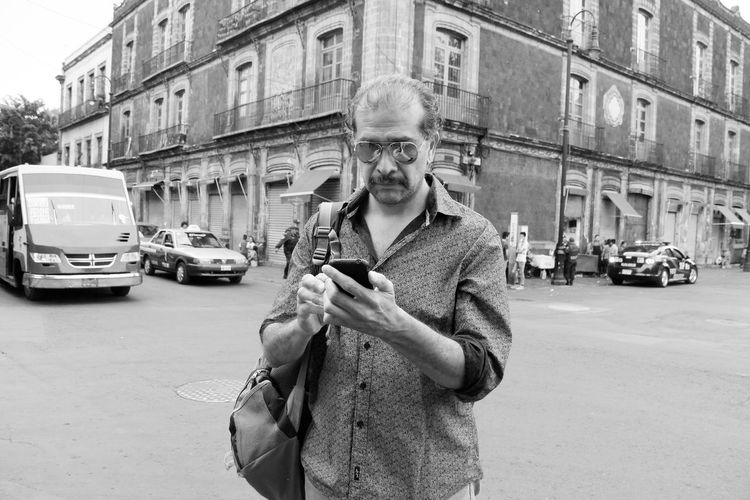 Sesión de fotos de un hombre que camina misterioso por calles de la vieja Ciudad de México Architecture City City Life Glasses Man Mexico Mexico City Misterious Mistery Portrait Zócalo