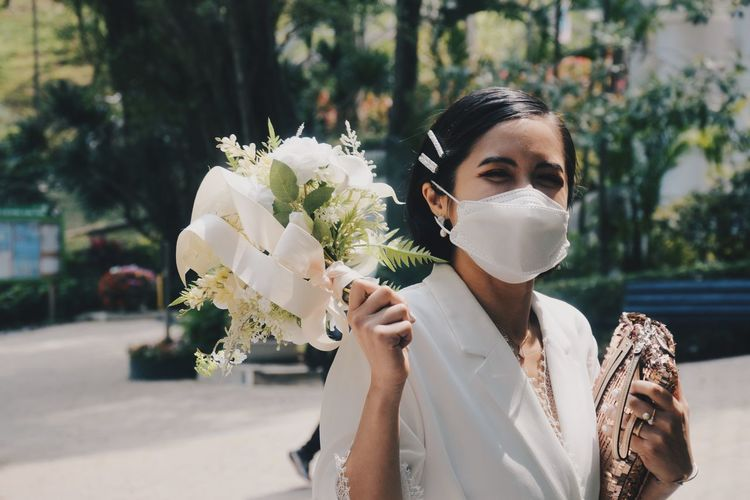 A happy bride having her wedding during the pandemic.