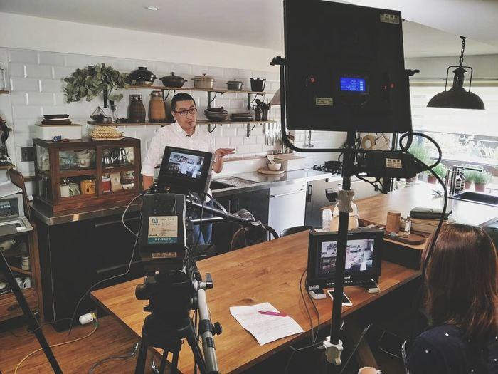 錄影專訪 Kitchen Film Industry Television Camera Camera Operator Filming Recording Studio Television Studio Technology Movie Camera Producer Electric Guitar