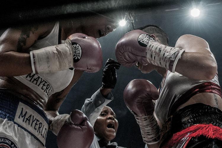 """El 18 de junio de 2016 se realizó """"La Batalla de Campeonas"""", la primera cartelera de boxeo completamente femenina. La cual se llevó un recórd Guinness por la cantidad de peleas femeninas (7), en donde 4 se disputaban un titulo de la AMB. La pelea estelar fue la defensa del título de Mayerling """"la monita"""" Rivas en contra de Melania """"Chony"""" Sorroche Box Boxing Sport Sportphotography The Photojournalist - 2017 EyeEm Awards Women EyeEmNewHere"""