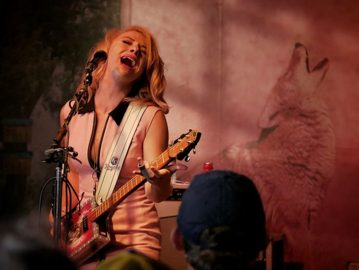 American blues rocker Samantha Fish plays one of her cool cigar box guitars at the Louisville, Colorado Street Faire. Check This Out Performance Show Blues Blues Jam Rock'n'Roll Guitar Player Concert Fun Show Blues Concert Female Guitarist Panasonic Lumix Dmc-gx85 Showcase July