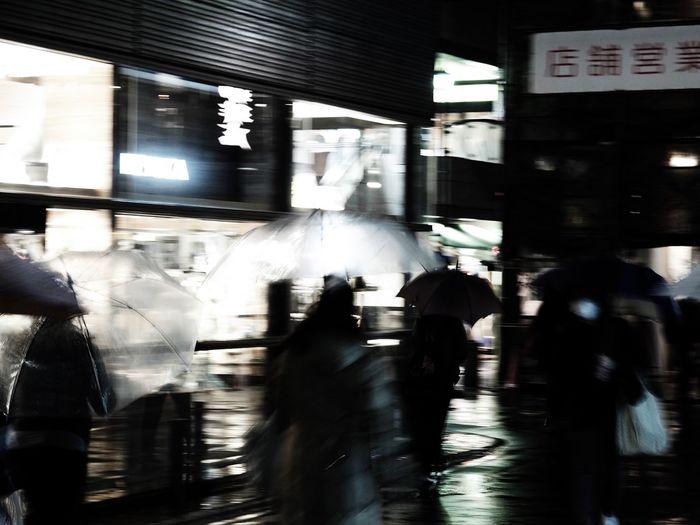 雨の日の撮影で左手で傘差して右手一本でカメラを保持しシャッターを切ると、こんな感じでブレてしまう。そんな時はカメラを縦位置にしてファインダーを覗きながら、カメラを保持する右手を自分の額に押し付けて撮ると手振れを起こしにくい。今朝投稿した写真はそうやって撮ったものです。 Olympus OM-D E-M5 Mk.II Tokyo Street Photography Blurred Motion Motion Walking Real People Speed City Life Large Group Of People City Long Exposure Crowd Men Women Built Structure Architecture