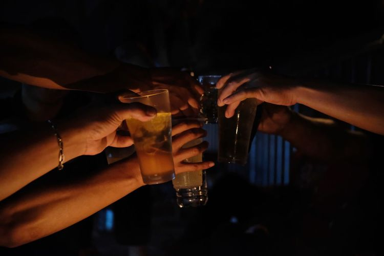 Raise a glass of liquor together to drink to celebrate