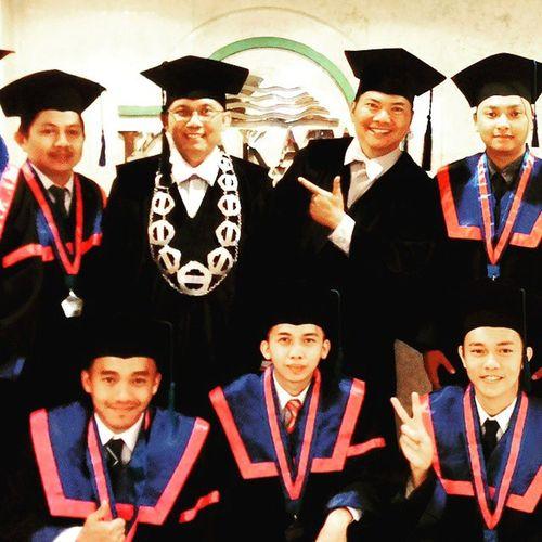 Menyongsong masa depan. Wisuda Sarjana Student Students campus graduation universitas university alumni civitasakademika civitasakademik stmikamikbandung sudutamik @wajah_amik @dwi4nta @sudutamik
