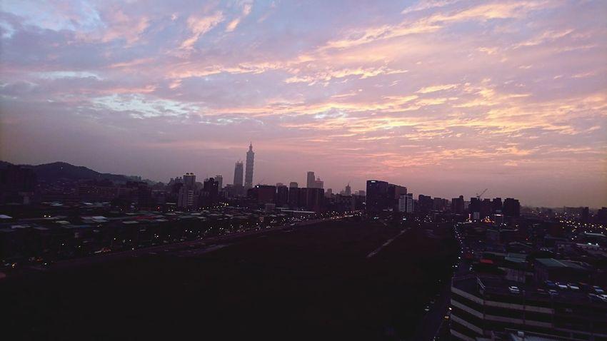 週末夕陽的火燒雲真美,為何我在加班...🤤 加班 火燒雲 夕陽
