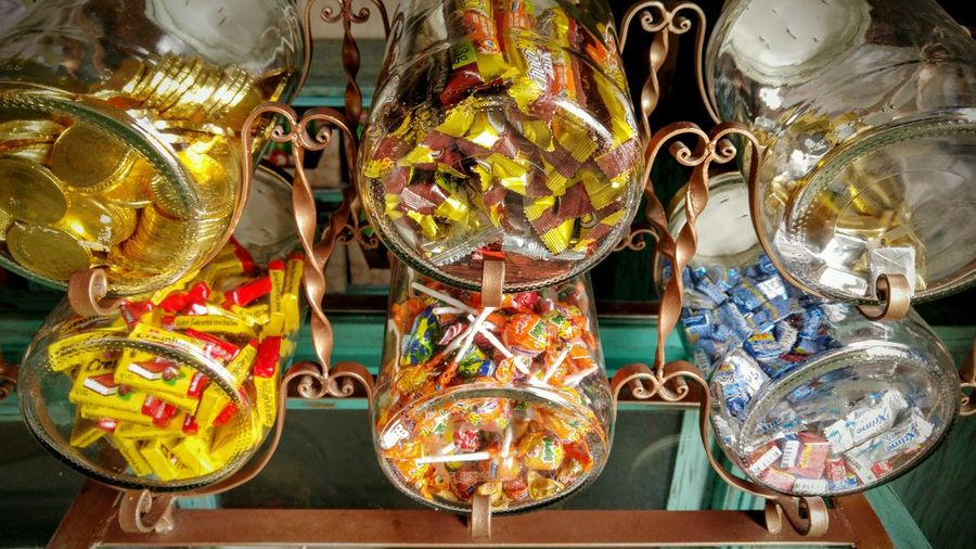 Chicles Bubble Gum Dulces Candy Candy Containers Candy Store Candy Shop Tienda Tienda De Chocolate Tienda De Dulces Candy Bar Candy Jars Jars  Vidrio Frascos De Vidrio Barra De Chocolate Chocolate Bar Snack Candy Dispenser Chicles De Ficha Monedas De Chicle Bubble Gum Coins Golden Coins Fine Art Still Life