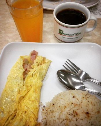 05/22/2016 Tropicalhut Breakfast Breakfastmeal Sundaymorning SUNDAYMORN Happysunday Happyweekend Weekend SundayFunday Omelette Minutemaid Coffee Garlicrice Exploringescolta