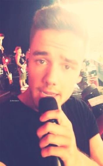 When Liam takes your phone on stage and takes pictures.... 😜😩 Liampayne  Onedirection