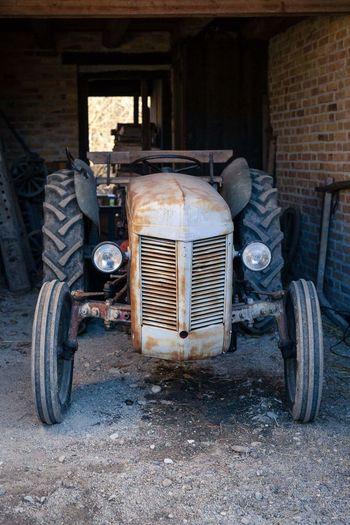 vue sur un encien tracteur Tracteur Machine Agricole Agriculture Superbe Vue Bonifaccio Corse Corsica Très Beau Temps Vue Obsolete Transportation Mode Of Transport Abandoned Stationary Rusty Day Old-fashioned Outdoors Land Vehicle
