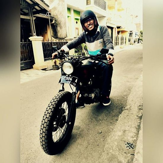 Me and Smiler 🙏 waiting for u Charlie.. Salamblarblar dari kami Sibesitua Classic is still TheWinner Classicbike Custombike CBindonesia Bandung Lzybstrd Lenovotography Photophone  Pocketphotography Photooftheday Bike Oldbike Honda CB100 Classicbike Costumbike Streetlife Streetbike Besitua Cbbandung cbbandungclassicoldcycle ride ridepride pedulisetan anakjalanan edit