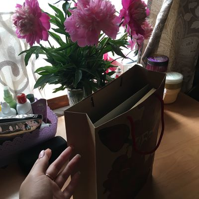 подарки Plant Flowering Plant Flower Human Hand Human Body Part Hand Real People Indoors  Freshness Holding Body Part One Person Human Finger Flower Head Unrecognizable Person Close-up Nature Lifestyles Finger Day