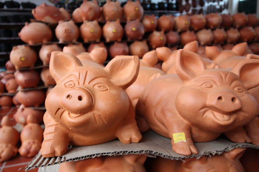 Crafts Market Art Ceramic Ceramic Art Ceramic Art Craft Ceramics Clay Clay Art Clay Work Earthenware For Sale Handmade Market No People Pig Piggy Bank Pottery Price Tag Raquira Savings Shelf Store