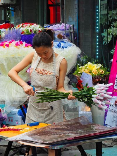 Flower Market Asian Woman Business Flower Market Making A Living Valentine's Day  Xi'an China Adult Beautiful Bouquet Bouquet Bunch Of Roses Business Flower Flower Arrangement Flowering Plant Freshness Front View Holding One Person Preparation  Retail  Standing Street Photography Three Quarter Length Urban Landscape Young Adult The Portraitist - 2018 EyeEm Awards