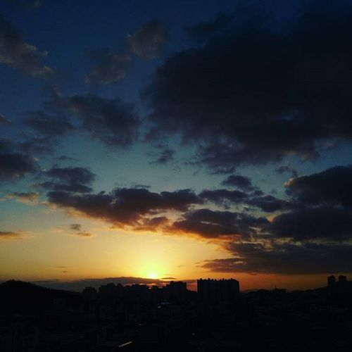 둥근 해가 떴습니다 예전에는 눈이 크리스마스에 오길 기달렸는데 요즘은 날씨 맑은게 젤 좋네요 ㅋㅋㅋ 메리크리스마스🎄🎅 . . 일상 아침 둥근해가떴습니다 구름 하늘 Sky Cloud Sun 크리스마스 메리크리스마스 😚 😚 20151225 금요일