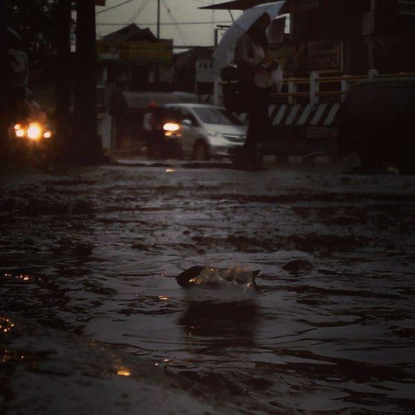 tak ada Senja  kali ini... hanya tetesan Rindu SORE dalam Hujan . Bandung INDONESIA Fatamorphosis Rain Lenovotography Photooftheday Photophone  Lzybstrd Pocketphotography
