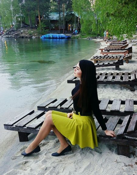 озеро вода Let's Go. Together. Sea Sitting One Person Fashion Beauty Adult Only Women People Young Adult Women Beautiful Woman Beautiful People Arts Culture And Entertainment Adults Only One Woman Only Outdoors Yellow Full Length Day One Young Woman Only Fashion Model