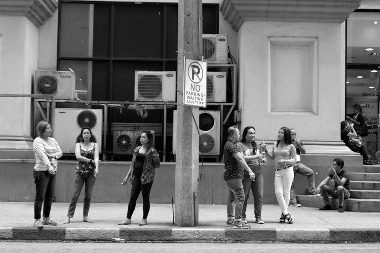 Showcase March Everydayphotography Dailylife Streetlife EverydayStreet Peopleinthestreet Urban Street Candid Fujixseries Fujixm1