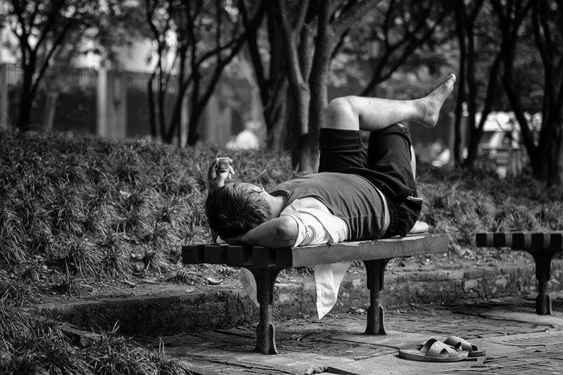Streetphotograph Black And White Portrait Bwphoto Monochrome Street Photography Blackandwhite Photography Black & White People Blackandwhite Streetphotography Black And White Photography Black And White Relaxing Time Man