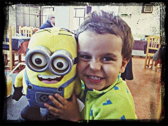Con su minion!!!! Feliz Enjoying Life Mi Niño