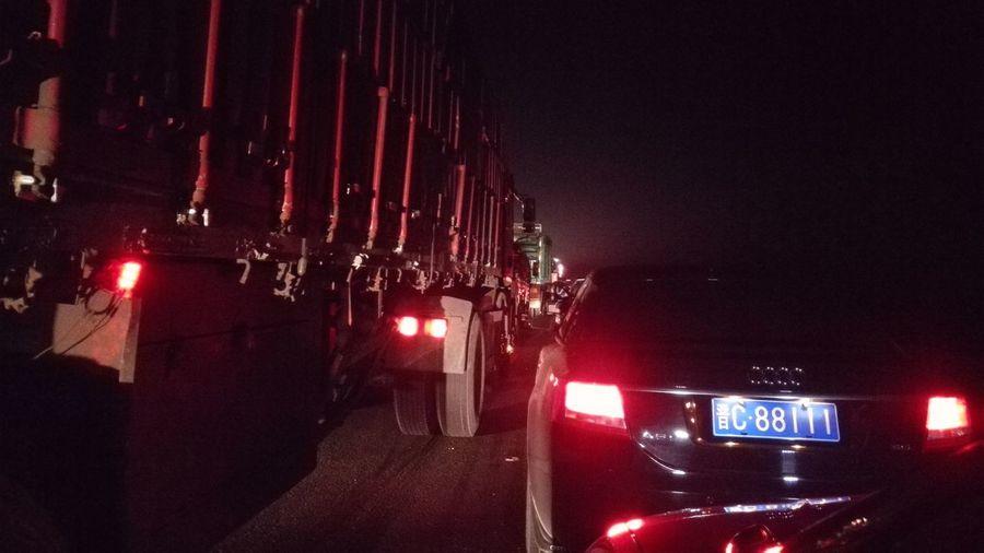 那晚被堵在了高速上