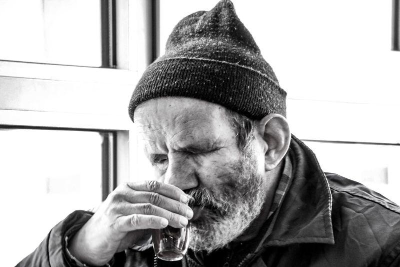 Havasoguk Sıcak Bir çay Içini ısıtır Ulus Gözleri Görmeyen Ve Bu Soğukta Mendil Satmaya çalışan Dede çay Molası