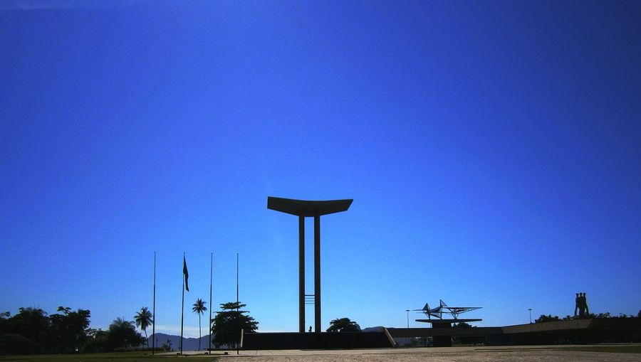 View of monument to the dead of world war ii against clear blue sky