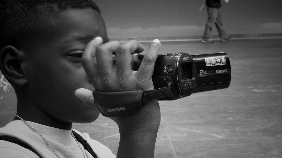 午前中は、美術館で観賞。。そして、色んな国のパフォーマンスのイベントをしていた一場面。。この子の母親がショーに出ていて、それを撮る息子。そしてその息子を撮る私…。何とも可愛らしい。。。そのあとは、エリー湖へ!!! Taking Photos Enjoying Life Child Museum Of Art Relaxing Cleveland