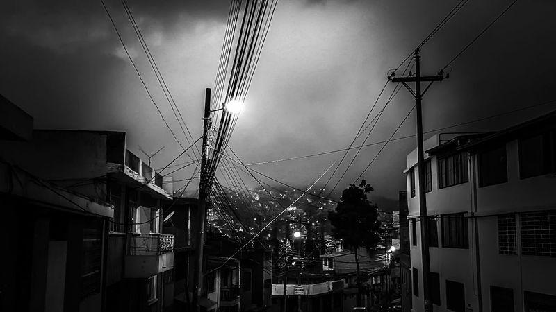 Que la neblina nos cubra a todos y nos deje en tinieblas!!! Neblina City View  Photowalk Photographer Photooftheday Photography Quito City Quito Ecuador Ecuador♥ Skyporn Darkness And Light Darkness Dark Sky_collection Skydark