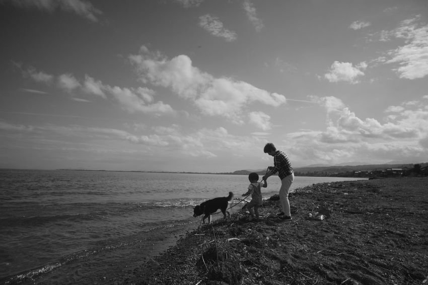 Bw Blackandwhite Monochrome Leica M9-p Color-skopar 21mm F4 Voigtlander Lens Japan Lakeshore Lakeside Lake Sky Family Holiday Retriever Bonding Border Collie