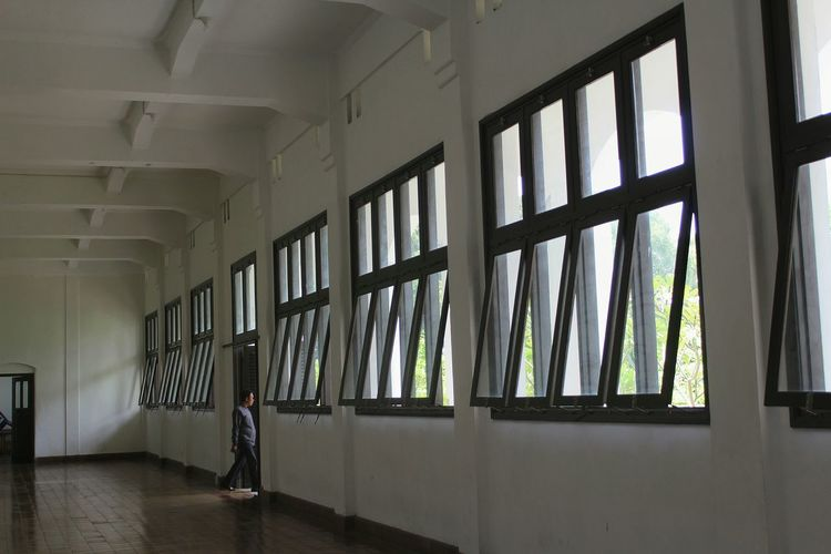 Lihatlah di sekitarmu Indorelife Human Condition Condition Of The People Conditioning House Architecture Lawangsewu Lawang Sewu Semarang Lawang Sewu,semarang-indonesia Lawang Sewu Heritage Building Indoors  Window Built Structure Architecture Prison Day No People EyeEm Ready   EyeEmNewHere
