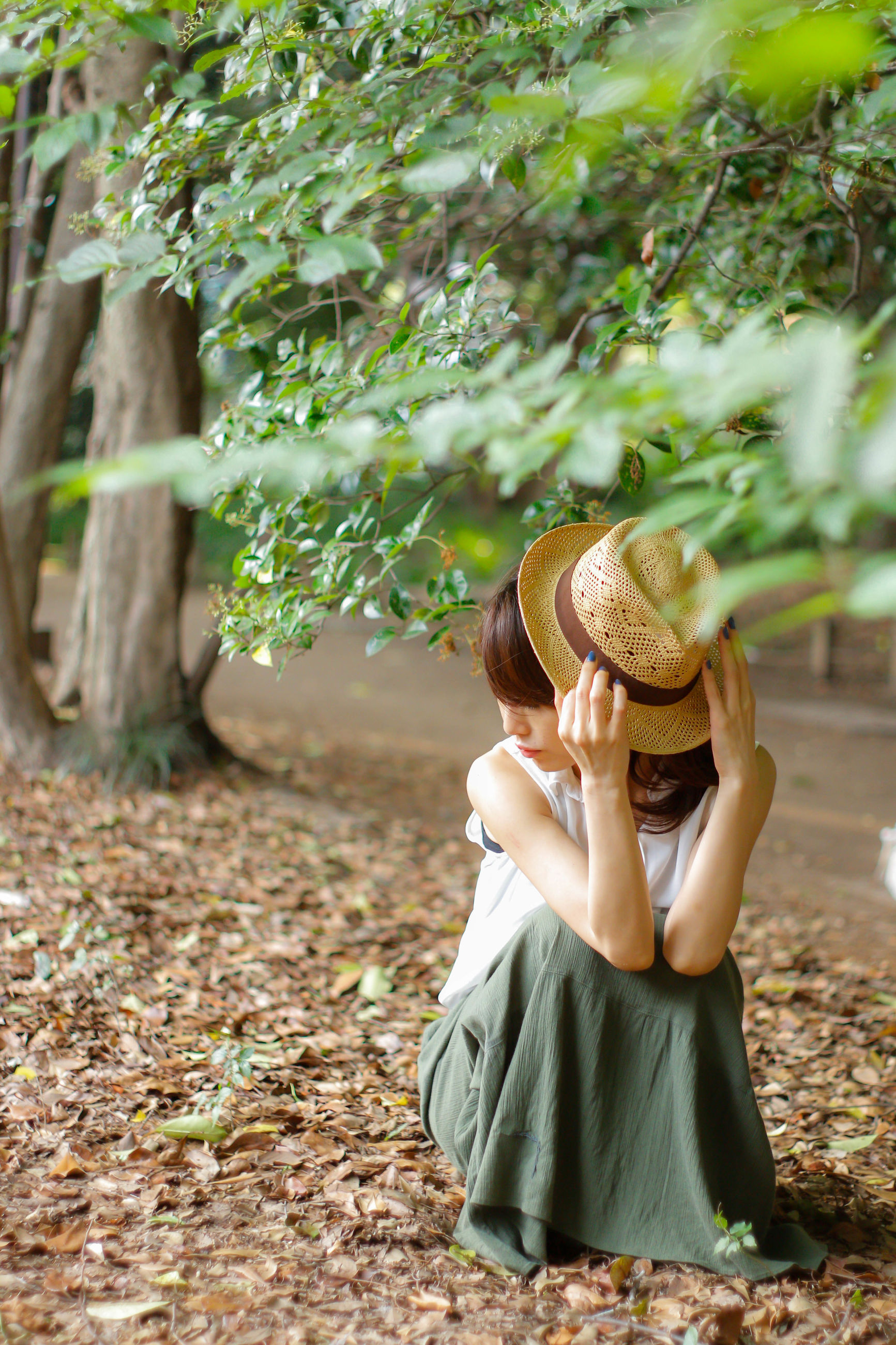 hat, real people, young women, one person, lifestyles, women, young adult, leisure activity, full length, field, day, outdoors, nature, plant, tree, leaf, fashion, beauty in nature, people