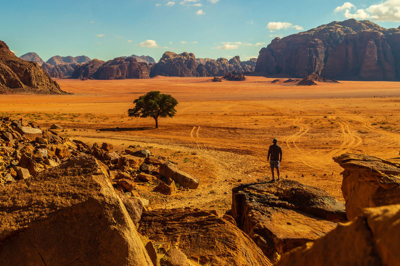 Amazing Desert view Jordanien Jordania  Jordan Amazingplaces Amazing Awesomeplace Awesomeplaces Awesome_earth Wonderfulglobe Landscape Photography Landscape Landscape_photography Landscape_lovers Orange Color Orange Desert Beauty Desert Landscape Desert Beauty Desert Mountain Men Rural Scene