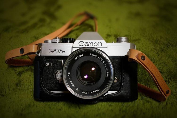 Canon Ftb Fd 50mm UTAKATA 本革ストラップ Since 1971 1971年製、当時のCanonフラッグシップ一眼レフ、F-1の廉価版として発売されたカメラ。当時軽くて使いやすいって云われたカメラが色々あった中で、廉価版とはいえこいつはズッシリ重い。もしもこれで殴られたら間違いなく死ぬね(⌒-⌒; ) 重いぶんしっかり構えられて手ブレしにくいってメリットもあるにはあるけど。 ホントはこれ、とーちゃんのカメラ。使われなくなって長いことタンスの奥に眠ってたのを、オレ使いたいから修理に出すよって引っ張り出してきて。腐ってたプリズムやミラーの交換、レンズのカビ取り、モルト交換等々を経て見事復活。ストラップもお気に入りのUTAKATA本革ストラップをつけて。 このストラップ、「SINCE 1971」って刻印入れてもらってるんだけど、店の人曰くホントは数字はできなかったんだってさ。うっかり受けちゃって職人さんに叱られたとか。それでも受けちゃったものは受けちゃったんでなんとか刻印してもらいましたって^ ^ フィルムカメラも何台か持ってるけど、フィルムで撮りたいって時はこいつを持ち出す事が多い。もう一台こいつと迷うやつがあるけど、やっぱりこっちを持ち出す事が多いかな。 なんてったって、オレと同い年だし。