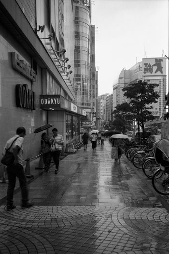 雨の新宿 フィルム フィルム写真 Film Photography Film Zuiko Blackandwhite Streetphotography 白黒 B&w モノクロ Olympus Olympus XA2 Tokyo 新宿 Neopan AcroS Fujifilm City Men Full Length City Life Street Architecture Building Exterior Sky Built Structure City Street