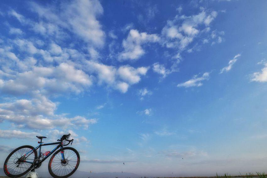 遥か彼方にバルーンが😊 おはようございます 朝チャリ サイクリング 自転車 ロードバイク バルーン 土手 熱気球 Morningride Hotairballoon 気持ちいい Bike Cycling Morning Road Skyhigh Skylovers EyeEm EyeEm Best Shots Nature Nature_collection Japan Photography Bicycle City Blue Sky Cloud - Sky Pedal Pure Sky Only