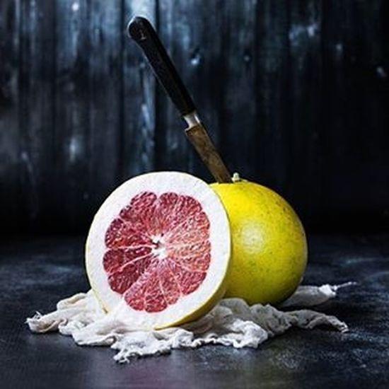 happy pomelos 💛 Winter Fruit Pomelo Citrus  Raw Fresh VEGANLIFE Vegan Farmersmarket Darkfood Foodstagram Foodphotography Foodstyling Foodshare