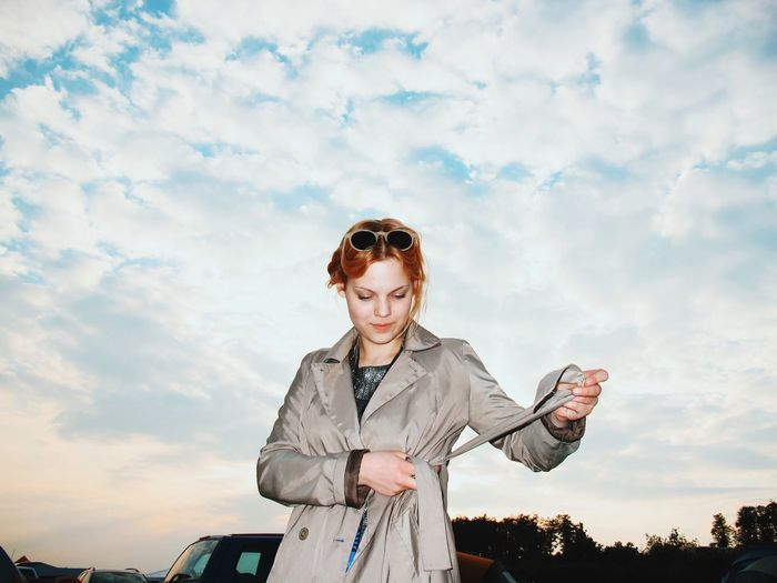 festival Mädchen Leisure Activity Sky Waist Up Lifestyles Person Front View Standing Looking At Camera Portrait Casual Clothing Young Adult Cloud - Sky Cloud Blue Focus On Foreground Young Women One Woman One Person