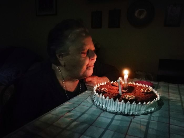 Auguri HUAWEI Photo Award: After Dark Birthday Cake Human Hand Birthday Flame Birthday Candles Heat - Temperature Burning Headshot Candle Cake Candlelight Tea Light Candlestick Holder Chiaroscuro  Entertainment Glowing A New Beginning