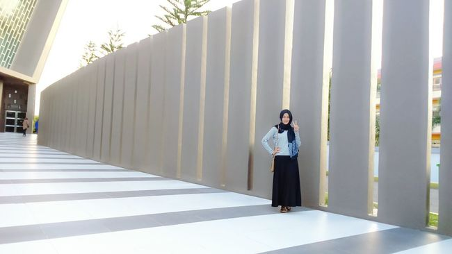 A pathway with high walls around the museum.. nice picture Design Lovelife Visiting Museum INDONESIA Banda Aceh Self Potrait Pathway Wonderfull Walls Friend