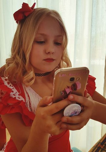 Carnaval Carnaval Red Red Dress Red Color Blondy Blonde Girl Hairstyle Photo Messaging Wireless Technology Technology Selfie Photography Themes Child Mobile Phone Childhood Communication Using Phone Red Lipstick One Girl Only Lipstick Lip Gloss Human Lips Eye Make-up Answering Telephone Text Messaging