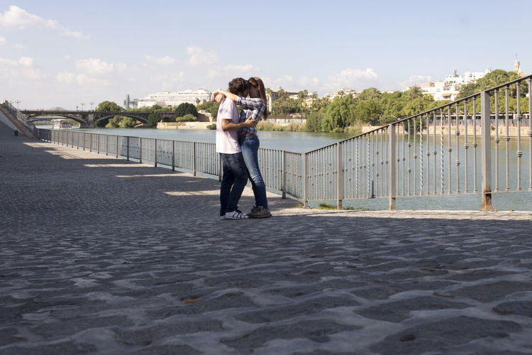 Beijo à beira rio || Kiss by the river || Kiss Love River Youandme Romantic EyeEm Around The World Citybycity Sevilha  España