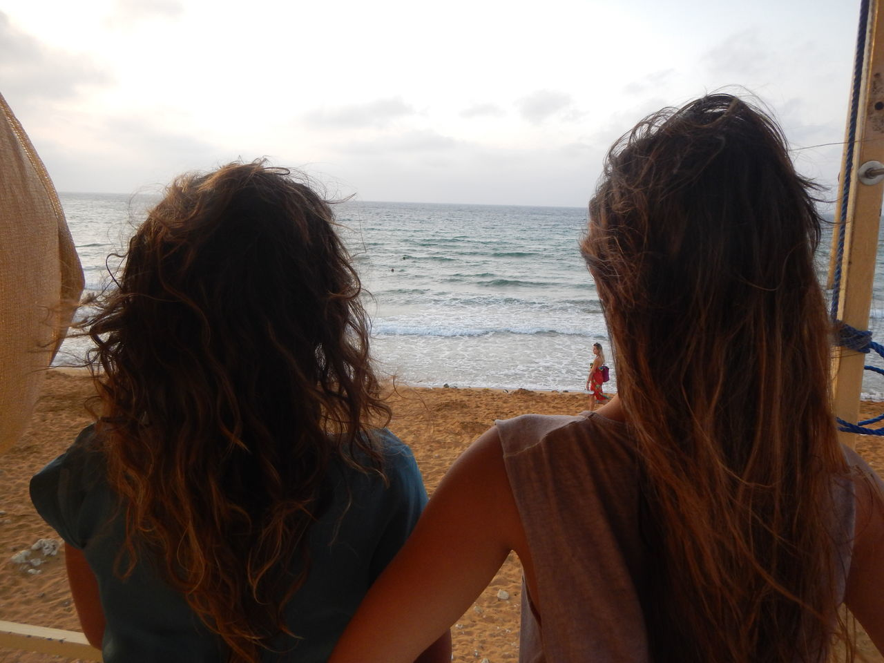 sea, water, horizon over water, two people, beach, rear view, real people, leisure activity, long hair, nature, outdoors, sand, sky, tranquility, scenics, day, standing, togetherness, beauty in nature, friendship