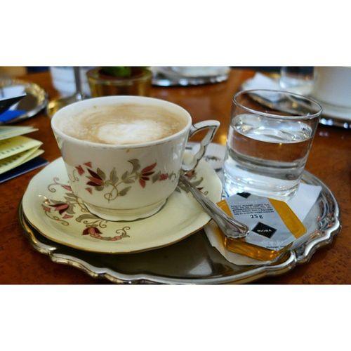 멜랑쉬를 시켰더니 설탕대신 꿀을 준다. 얼마나 오랜 세월동안 많은 사람들의 입이 닿았는지, 커피잔 테두리의 금이 닮아 없어졌다. 한국 같았으면 벌써 바꿨을텐데. 커피잔 셋트는 헝가리산 졸너이 도자기. 카페 이름도 졸너이 카페 다. 특급호텔 부속카페 인데도 커피 한잔에 삼천원이면 마실수 있다. 물가가 싼 편이지만 커피값은 더 싸다. Budapest Hungary Zsolnay Melange