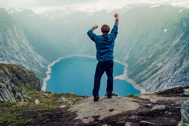Crystal clear blue water. Adult Adults Only Adventure Adventure Buddies Adventure Club Adventures Blue Day Fog Mountain Nature Norway Norway🇳🇴 One Man Only One Person Outdoors People Scenics Selfie Sky Snapshopped Travel Trolltunga Water Young Adult