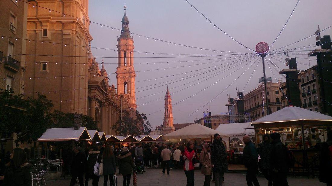 La Plaza del Pilar Decorada con Adornos Navideños